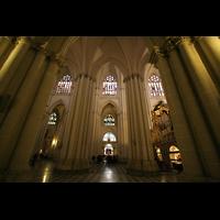 Toledo, Catedral (Órgano del Emperador), Blick aus dem Seitenschiff ins Hauptschiff mit Epistelorgel rechts
