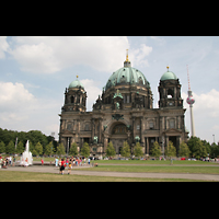 Berlin (Mitte), Dom, Tauf- und Traukapelle, Blick vom Lustgarten auf den Dom und Fernsehturm