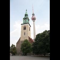 Berlin (Mitte), St. Marienkirche, Marienkirche mit Fernsehturm in Hintergrund