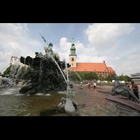 Berlin (Mitte), St. Marienkirche, Neptunbrunnen auf dem Alexanderplatz mit Marienkirche