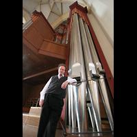 München, Liebfrauendom (Hauptorgelanlage), Organist Hans Leitner vor den 32'-Pedalpfeifen