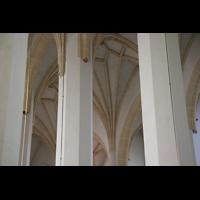 München, Liebfrauendom (Hauptorgelanlage), Blick zwischen die Säulen ins Gewölbe