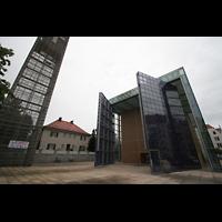 München, Herz-Jesu-Kirche, Außenansicht mit Glockenturm