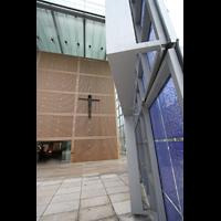 München, Herz-Jesu-Kirche, Eingangshalle mit Glastüren