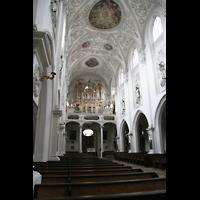 Landsberg, Stadtpfarrkirche Mariä-Himmelfahrt, Innenraum / Hauptschiff in Richtung Orgel