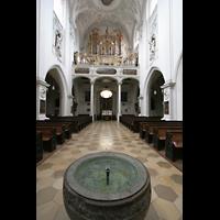 Landsberg, Stadtpfarrkirche Mariä-Himmelfahrt, Taufbecken und Orgel