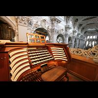 Passau, Dom St. Stephan, Zentralspieltisch mit Blick in den Dom