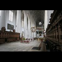 Ingolstadt, Liebfrauenmünster (Truhenorgel), Chorgestühl und Blick zur großen Orgel