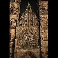 Nürnberg (Nuremberg), St. Lorenz (Positiv), Fassaden-Detail bei Nacht