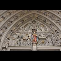 Fribourg (Freiburg), Cathédrale Saint-Nicolas (Hauptorgel), Tympanon mit in Stein gehauenen Figuren über dem Hauptportal