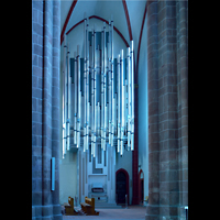 Mainz, St. Stephan, Orgel seitlich im Licht der blauen Chagall-Fenster
