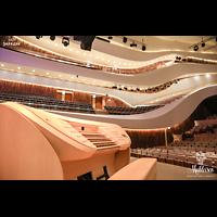 Moskva (Moskau), RUS_Moskau_ZaryadyeParkConcertHall, Mobiler Spieltisch mit Blick in den Konzertsaal