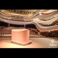 Moskva (Moskau), RUS_Moskau_ZaryadyeParkConcertHall, Blick über den mobilen Spieltisch in den Konzertsaal