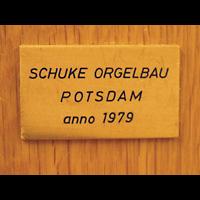 Berlin - Mitte, Annenkirche (SELK) - Kleine Orgel im Gemeindesaal, Erbauerschild Positiv