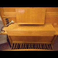 Berlin - Mitte, Annenkirche (SELK) - Kleine Orgel im Gemeindesaal, Spieltisch Positiv