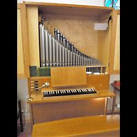 Berlin - Mitte, Annenkirche (SELK) - Kleine Orgel im Gemeindesaal, Positiv offen mit Blick ins Pfeifenwerk