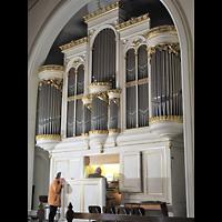 Berlin - Mitte, Annenkirche (SELK) - Kleine Orgel im Gemeindesaal, Hauptorgel seitlich