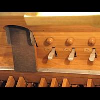 Berlin - Mitte, Annenkirche (SELK) - Kleine Orgel im Gemeindesaal, Fußtritte der Hauptorgel