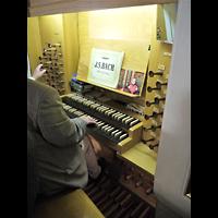 Berlin - Mitte, Annenkirche (SELK) - Kleine Orgel im Gemeindesaal, Spieltisch der Hauptorgel
