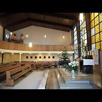 Berlin - Wedding, Augustana-Kirche (SELK), Seitlicher Blick vom Altar zur Orgelempore