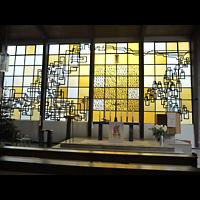 Berlin - Wedding, Augustana-Kirche (SELK), Buntes Glasfenster im Altarraum
