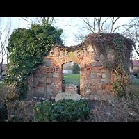 Berlin - Lichtenberg, Dorfkirche Malchow, Mahnmal gegen den Krieg aus Bauresten der zerstörten Dorfkirche Malchow