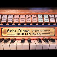 Berlin - Marzahn, Dorfkirche, Registerwippen des 2. Manuals und Erbauerschild
