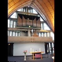 Berlin - Neukölln, Dreieinigkeitskirche Gropiusstadt, Altarraum mit Orgel