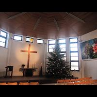 Berlin - Hellersdorf, Evangelische Kirche, Innenraum in Richtung Altar