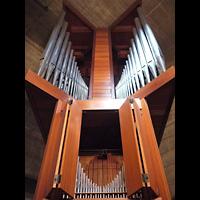Berlin (Charlottenburg), Ökumenisches Gedenkzentrum Plötzensee e.V., Orgel von unten mit offenem Schweller