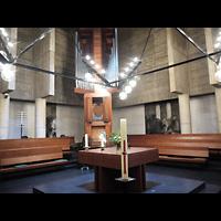 Berlin (Charlottenburg), Ökumenisches Gedenkzentrum Plötzensee e.V., Blick über den Altar zur Orgel