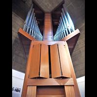 Berlin (Charlottenburg), Ökumenisches Gedenkzentrum Plötzensee e.V., Orgel von unten mit geschlossenem Schweller