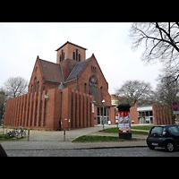 Berlin - Neukölln, Genezareth-Kirche, Außenansicht schräg von der Seite