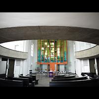 Berlin - Neukölln, Genezareth-Kirche, Innenraum in Richtung Altar mit dahinter stehender Orgel