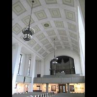 Berlin-Tempelhof, Glaubenskirche, Innenraum in Richtung Orgel