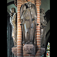 Berlin (Zehlendorf), Herz-Jesu-Kirche, Figuren an einer Säule