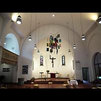 Berlin - Zehlendorf, Johanneskirche Schlachtensee, Innenraum in Richtung Altar