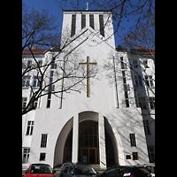Berlin - Wilmersdorf, Kirche Zum Heiligen Kreuz (SELK), Außenansicht der Kirche