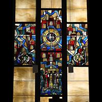 Berlin - Wilmersdorf, Kirche Zum Heiligen Kreuz (SELK), Bundes Glasfenster im Altarraum