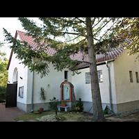 Berlin - Treptow, Maria-Hilf-Kirche Altglienicke, Außenansicht, Eingang und Marienstatue