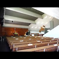 Berlin - Charlottenburg, Neu-Westend-Kirche, Innenraum in Richtung Altar und Orgel