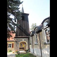 Berlin - Treptow, Paul-Gerhardt-Gemeindezentrum Bohnsdorf, Außenansicht mit Glockenturm seitlich