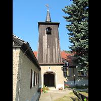 Berlin - Treptow, Paul-Gerhardt-Gemeindezentrum Bohnsdorf, Blick seitlich an der Kirche vorbei zum Glockenturm