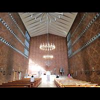 Berlin - Charlottenburg, St. Albertus Magnus, Innenraum in Richtung Altar
