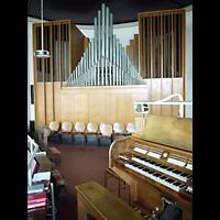 Berlin (Wedding), St. Aloysius, Spieltisch mit Orgel