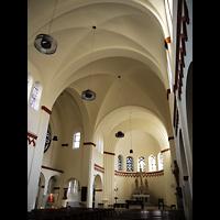 Berlin - Neukölln, St. Eduard, Innenraum in Richtung Altar