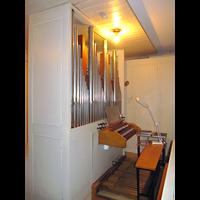 Berlin - Charlottenburg, St. Franziskus-Krankenhaus, Kapelle, Orgel mit Spieltisch seitlich (beleuchtet)