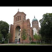 Berlin - Mitte, St. Michael, Kirche mit Fassaden-Ruine im Vordergrund