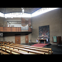 Berlin - Wilmersdorf, Vater-Unser-Kirche, Innenraum in Richtung Orgel und Altar