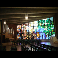 Berlin (Spandau), Waldkrankenhaus, Kapelle, Orgel neben bunten Glasfenstern